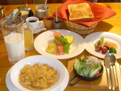 ご朝食は、カジュアルなアメリカンブレックファーストをご用意しております。