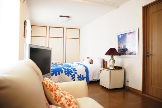 部屋設備:テレビ、バス・トイレ、冷蔵庫、エアコン、ソファー、WiFi